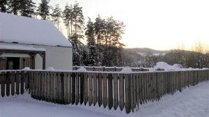Drewniane ogrodzenie zimą
