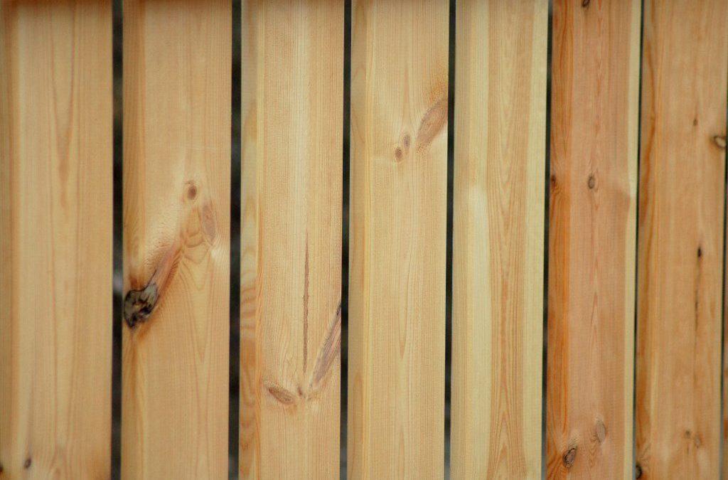 Drewniane ogrodzenie z naturalnych desek sosnowych