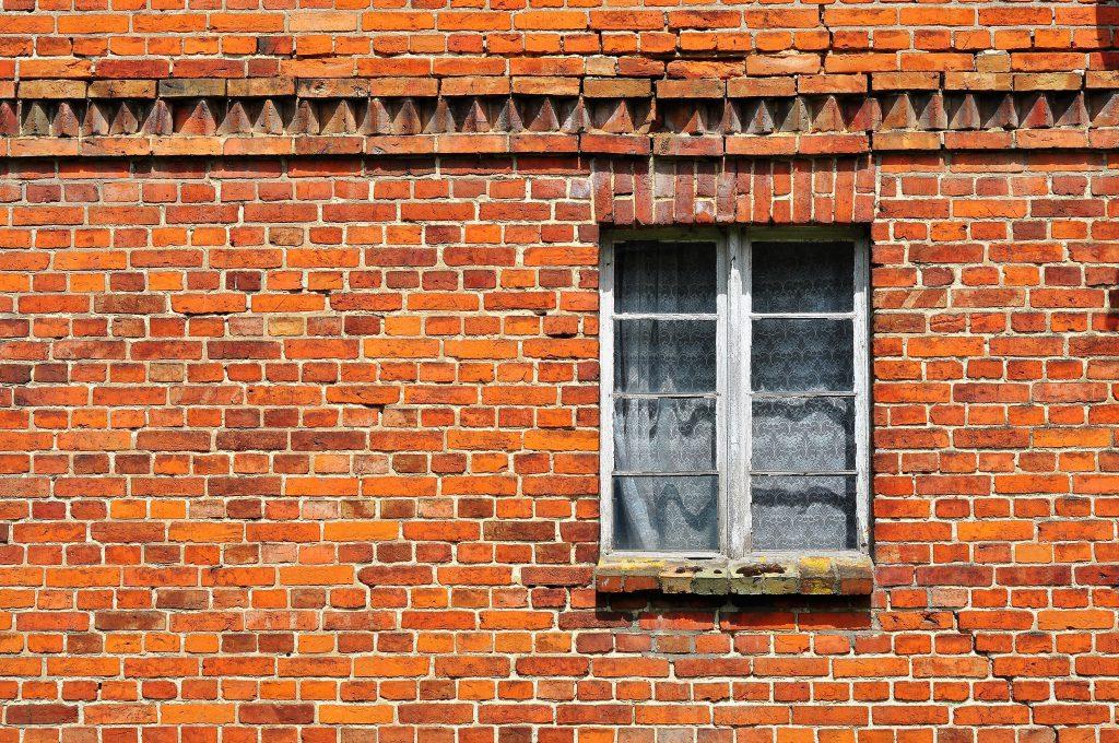Ceglana elewacja - ściana - kontekst architektoniczny