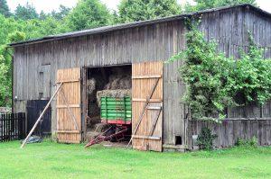 Czarna stodoła, jaśniejsza w środku