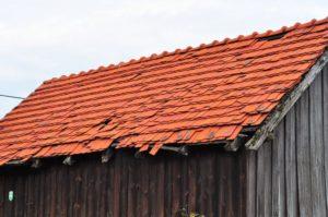 Czarna stodoła z czerwonym dachem